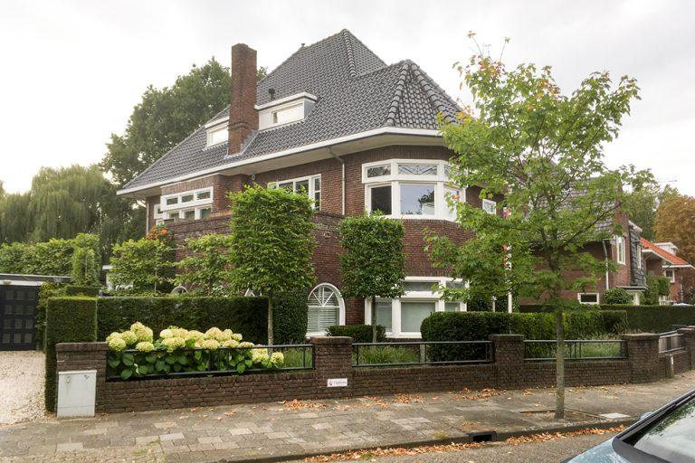 Eindhoven, oprit en looppaden onkruidvrij invoegen.